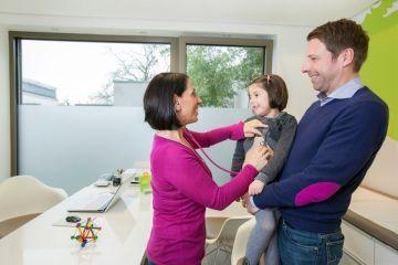 Mädchen mit ihrem Vater bei der Elternberatung in der Praxis Arzum Hiller
