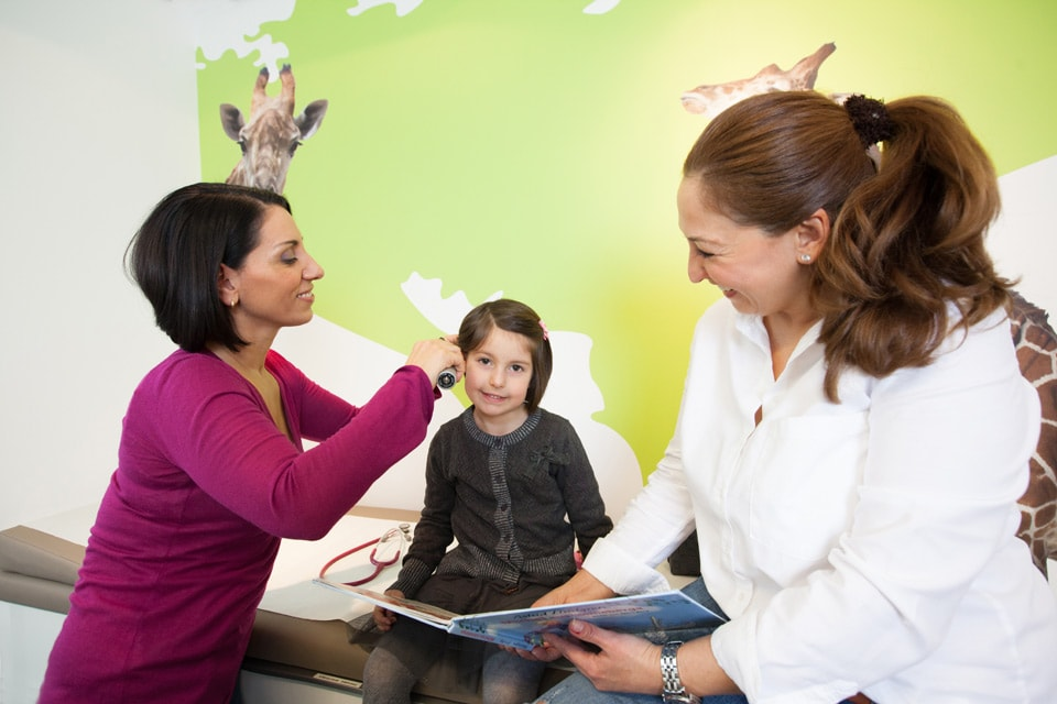 Behandlung einer Patientin in der Praxis Arzum Hiller