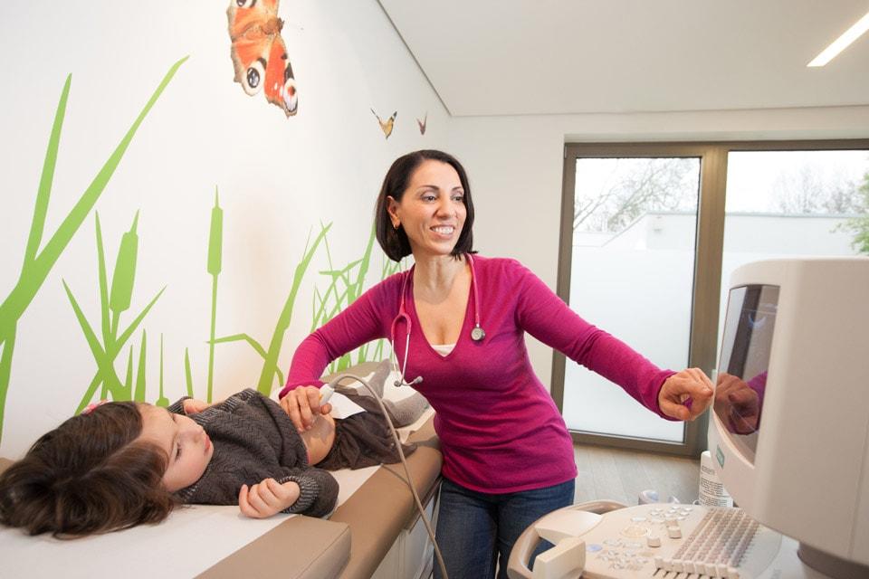 Behandlung einer jungen Patientin in der Praxis Arzum Hiller