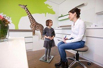 Impfung eines kleinen Mädchens in der Praxis Arzum Hiller